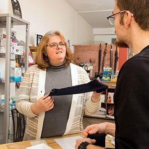 Beratungsgespräch mit einem Kunden in der Sanitätshaus Klink