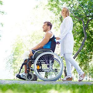 Patient im Rollstuhl mit einer Krankenschwester